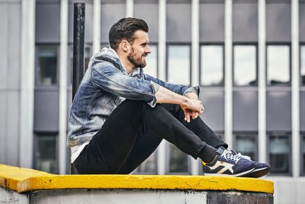 Man in casual clothes wearing Herring Voyager trainers in navy